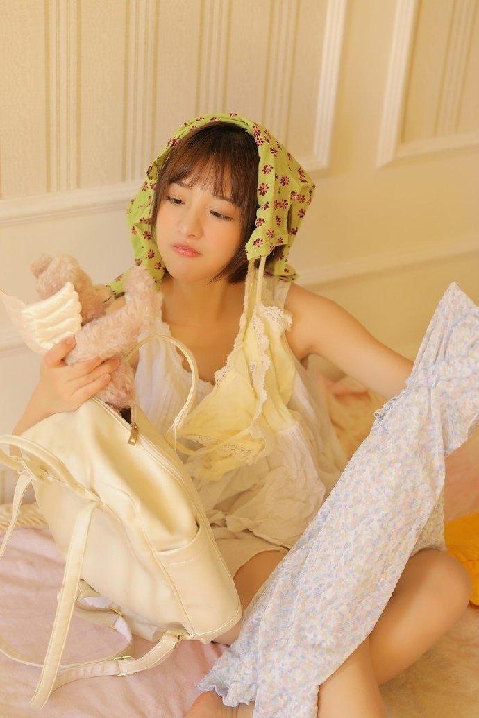 小清新短发美女吊带长腿性感写真