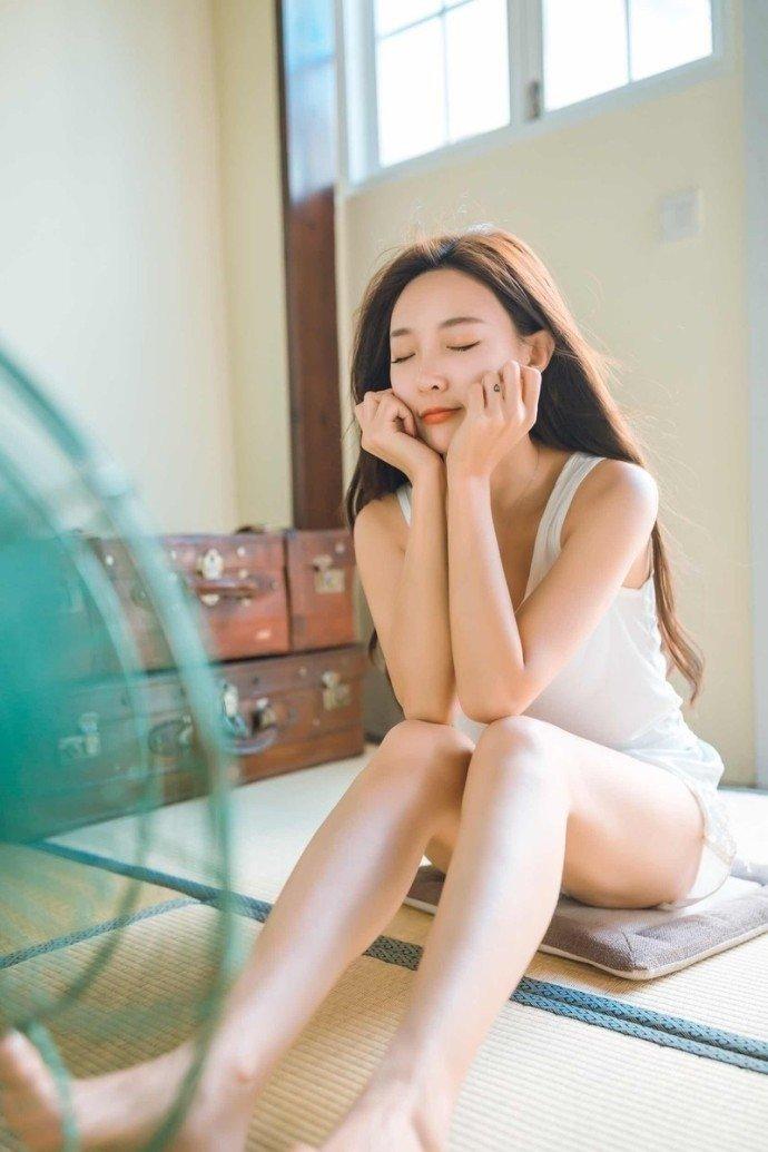 日系美女白皙美腿清凉夏日写真图片