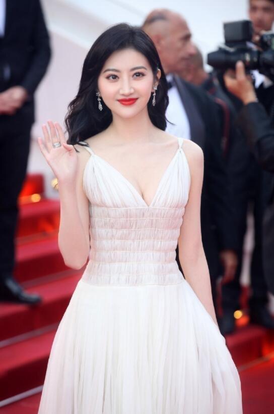 景甜纯白色深V长裙亮相戛纳电影节