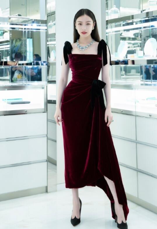 倪妮酒红色丝绒长裙出席活动图片