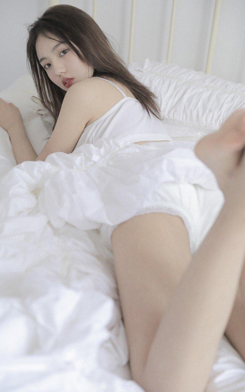 丰乳肥臀性感造型美女写真
