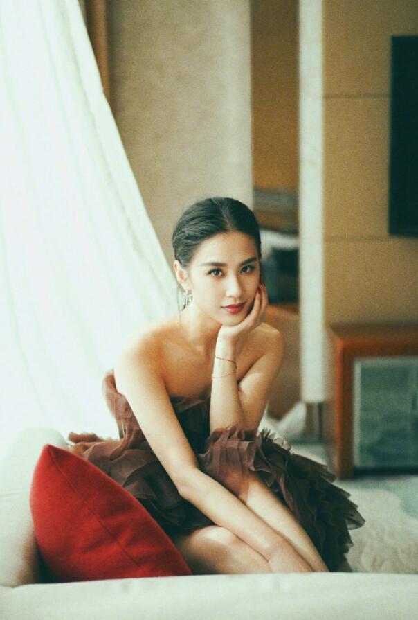 星女郎黄圣依棕色抹胸蓬蓬公主裙