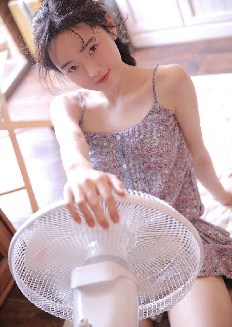 碎花吊带背心超短裙性感迷人写真
