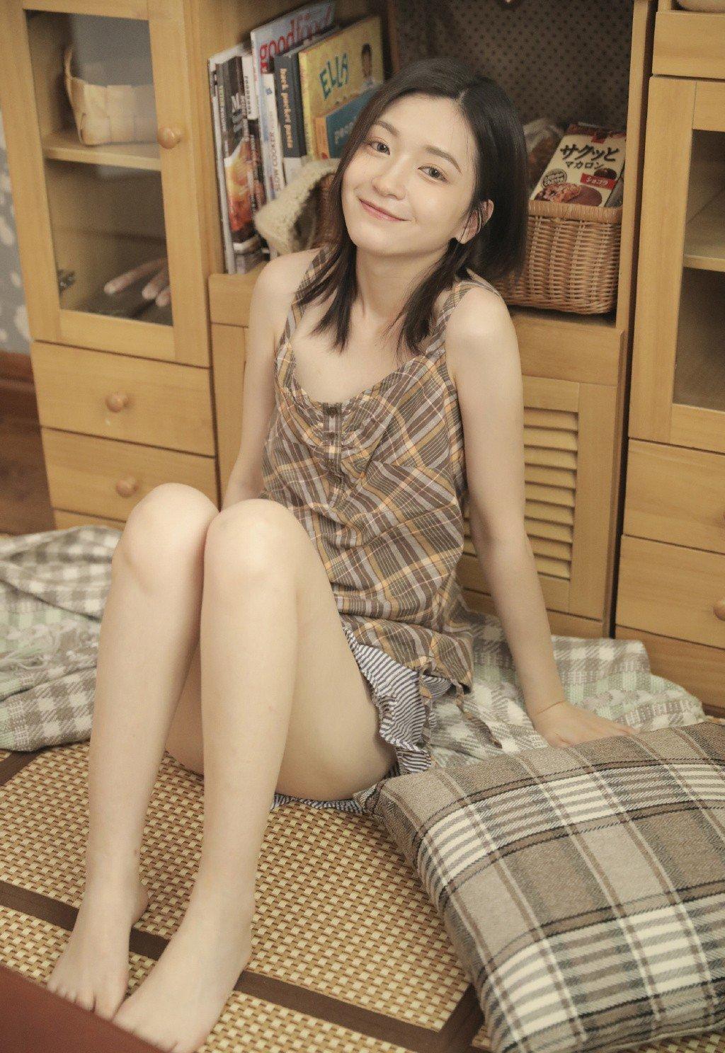 细长美腿美女吊带酥胸妖娆性感写真