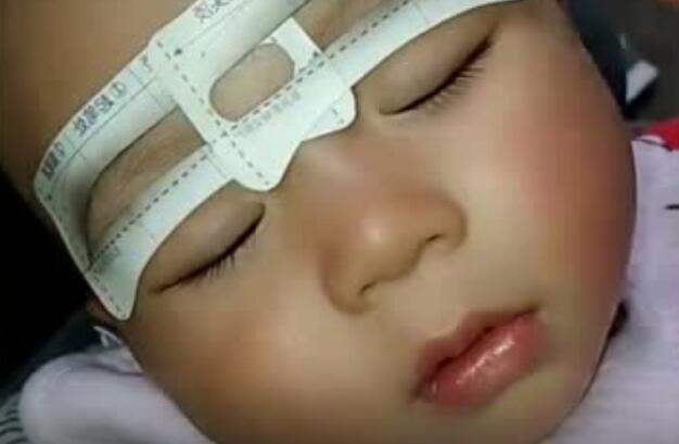 趁宝贝睡觉,给她画画眉毛
