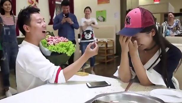 """七夕节小伙用生菜叶和肉组成的""""花""""求婚成功 就要不一样"""