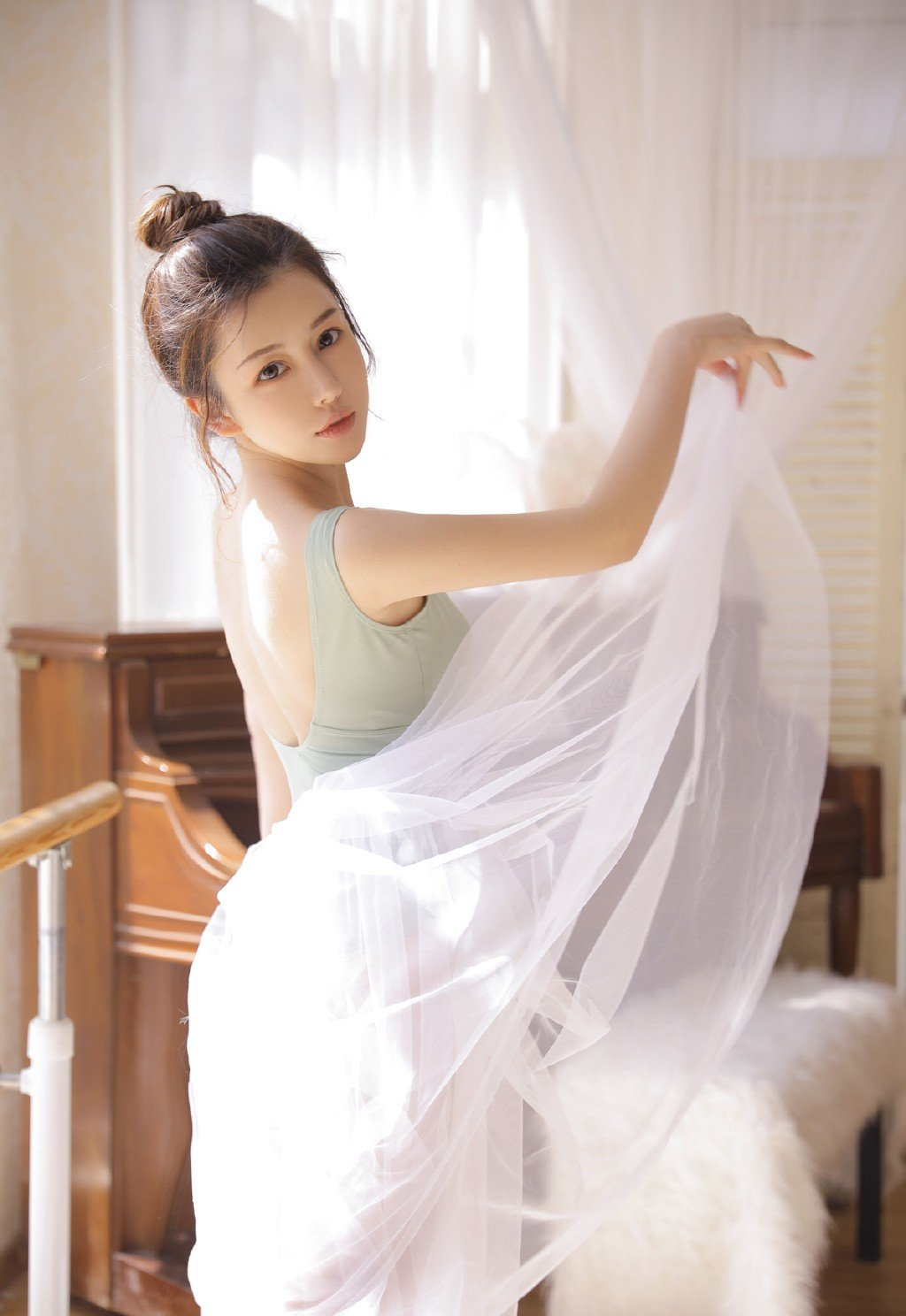美女舞蹈老师吊带纱裙性感迷人写真