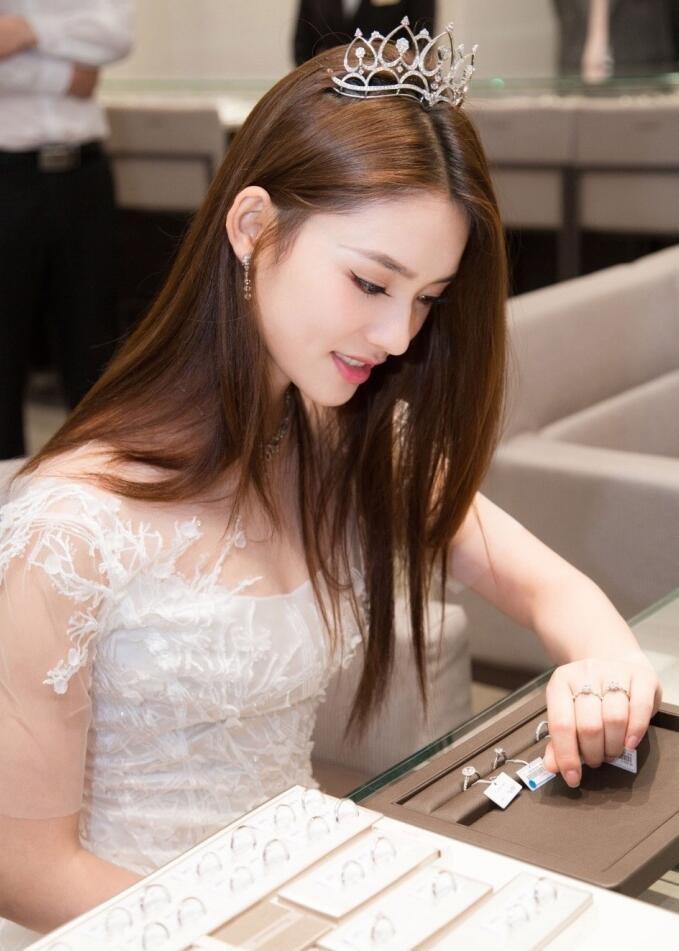 林允纯白礼服佩戴小皇冠化身小仙女