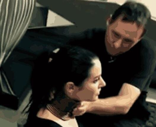奇葩女子想让自己的脖子变长以出名 居然戴了五年的铁质颈环