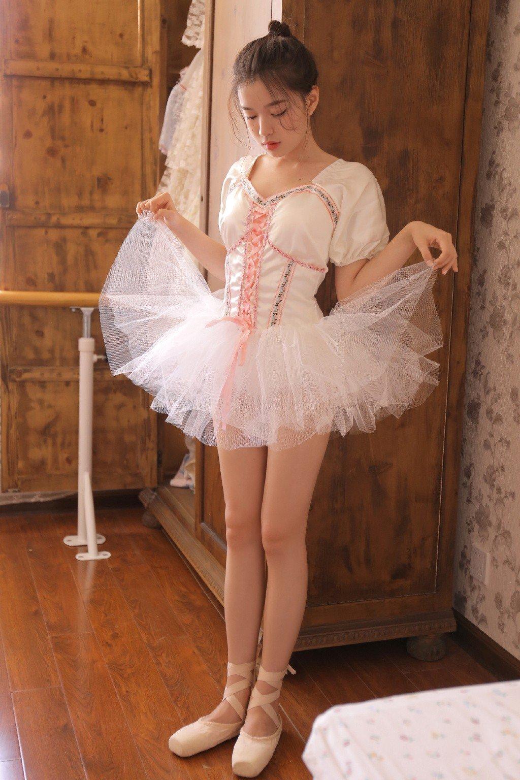 舞蹈美女蕾丝超短裙性感诱人写真