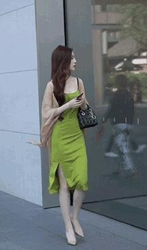 美女姐姐的裙子颜色是真好看