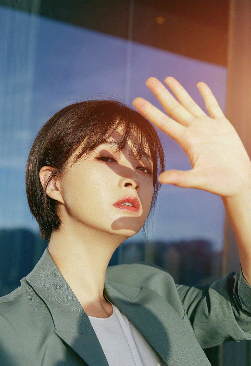 蒋欣短发西装写真图片