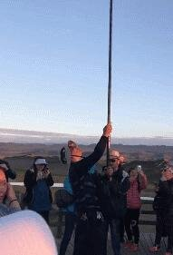 这应该是你们见过最长的自拍杆了吧