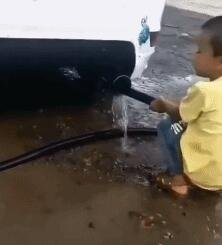 帮爸爸洗车的好孩子