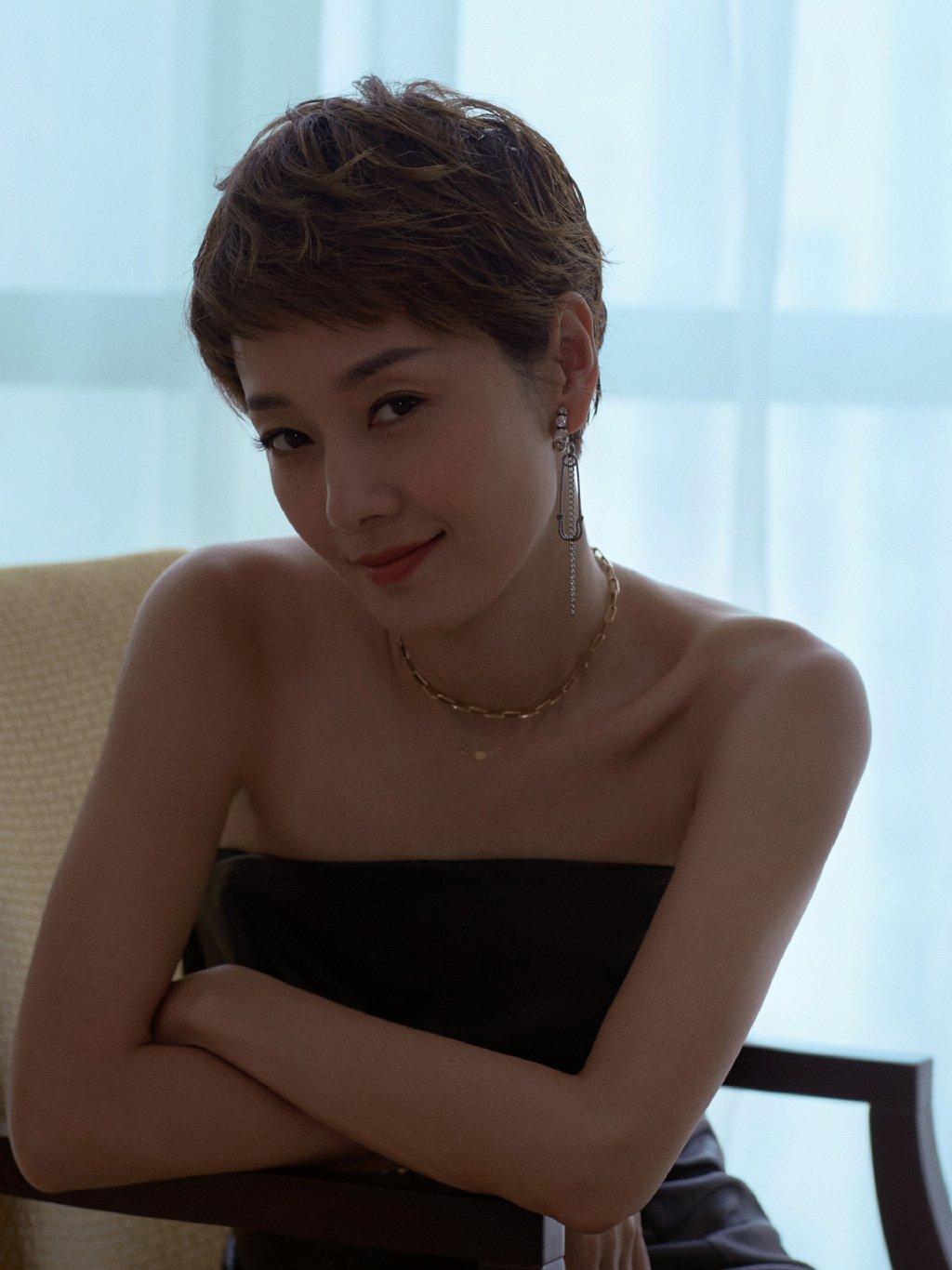 马伊琍黑色抹胸皮裙性感图片
