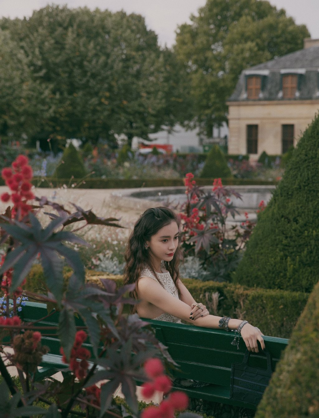 angelababy优雅性感花园写真图片