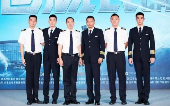 《中国机长》剧情剧透,人物原型刘传健获称最美英雄机长