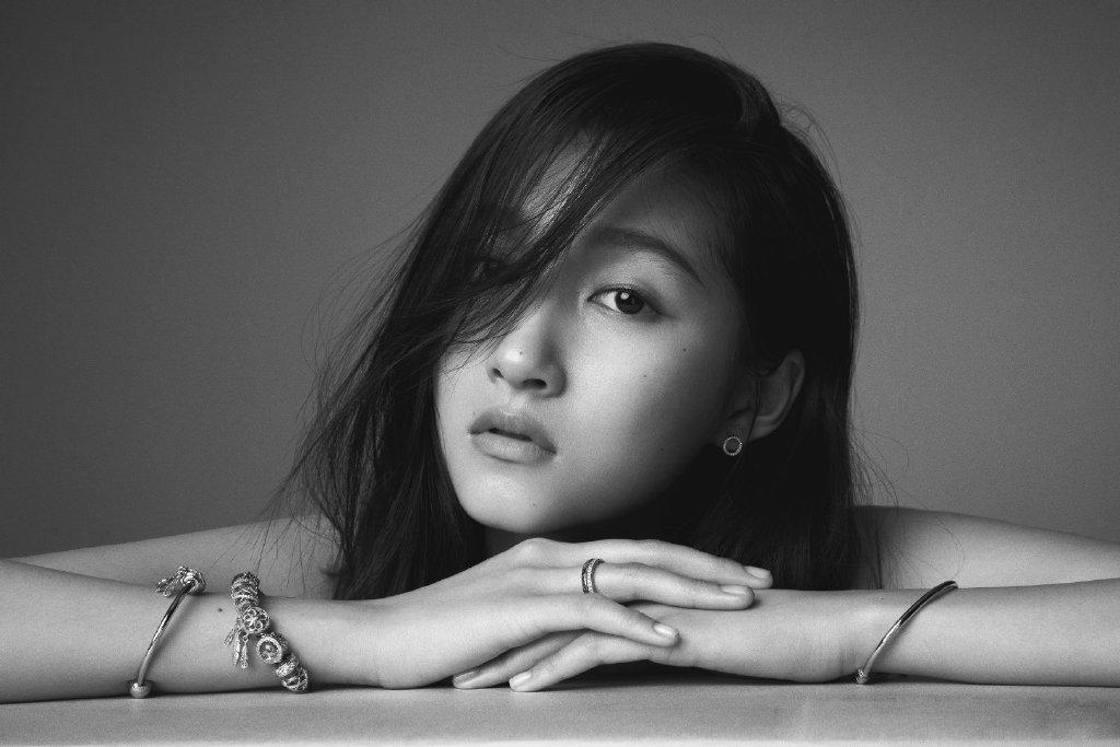 关晓彤慵懒长发黑白写真图片