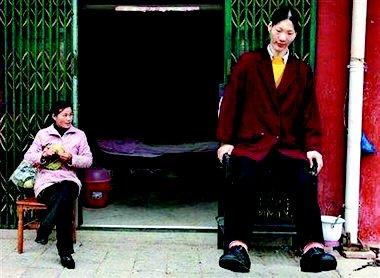 德国鞋匠将送给2.36米中国女巨人78码鞋子(图)