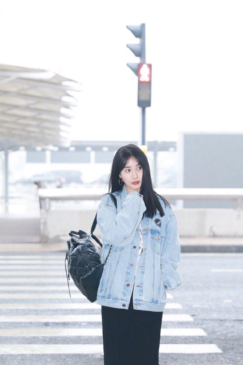 李菲儿休闲甜美机场照图片
