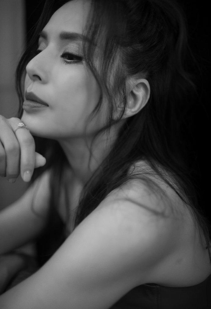 李若彤一袭红裙迷人性感写真