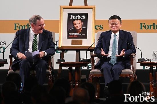 《福布斯》雜志總編輯史蒂夫﹒福布斯親自向馬云頒發終身成就獎,成為全球互聯網領域獲此殊榮第一人。圖片:視覺中國