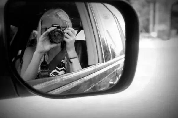 摩托车反光镜中的人影