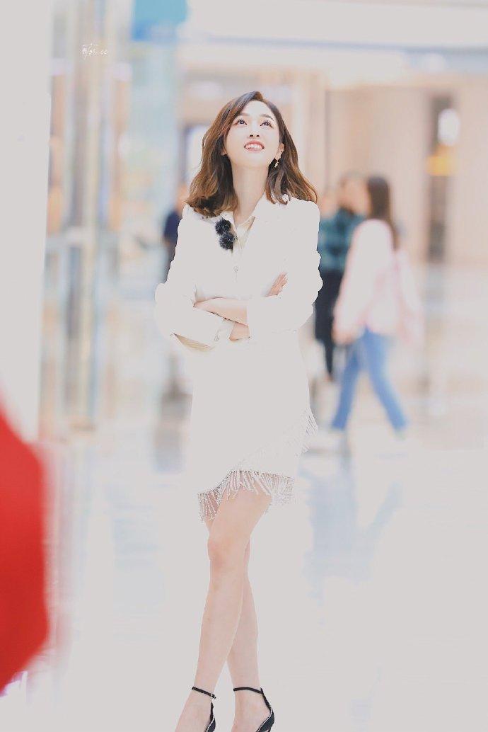 吴宣仪白西装短裙性感图片