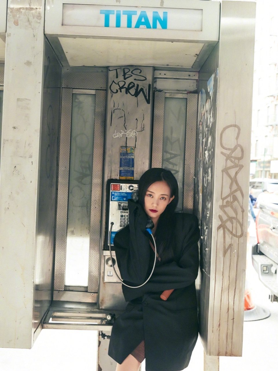 李一桐潇洒清凉街拍写真图片
