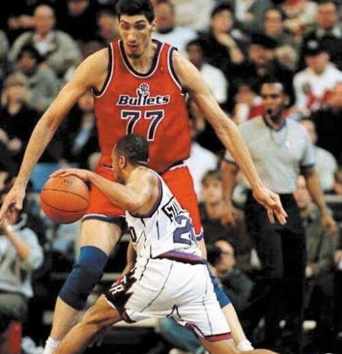 NBA史上个子最高的四个人排名,2.26米的姚明也只能拍第四名
