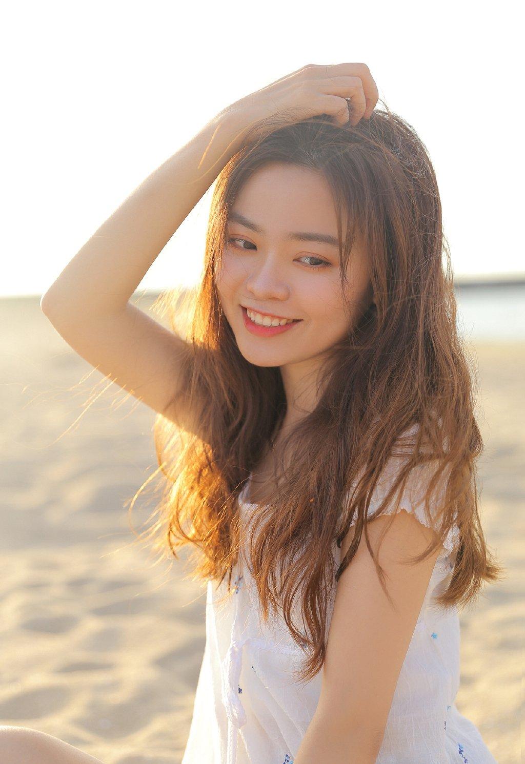 白嫩美腿美女海边浪漫写真图片