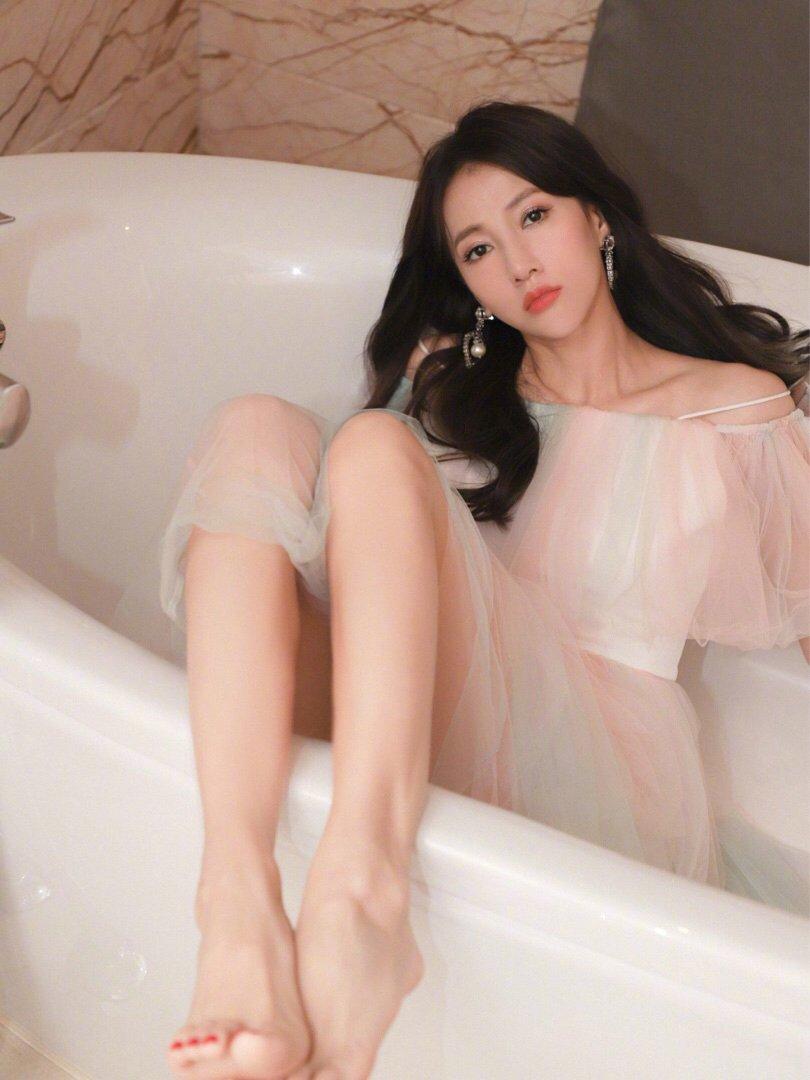 弦子粉色蕾丝礼服性感写真