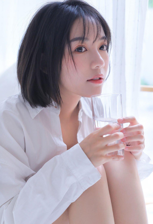 白嫩美女慵懒白衬衣美女长腿写真