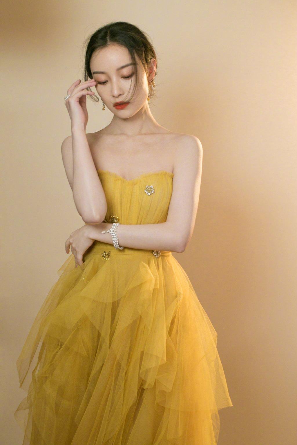 倪妮抹胸纱裙明艳性感写真图片