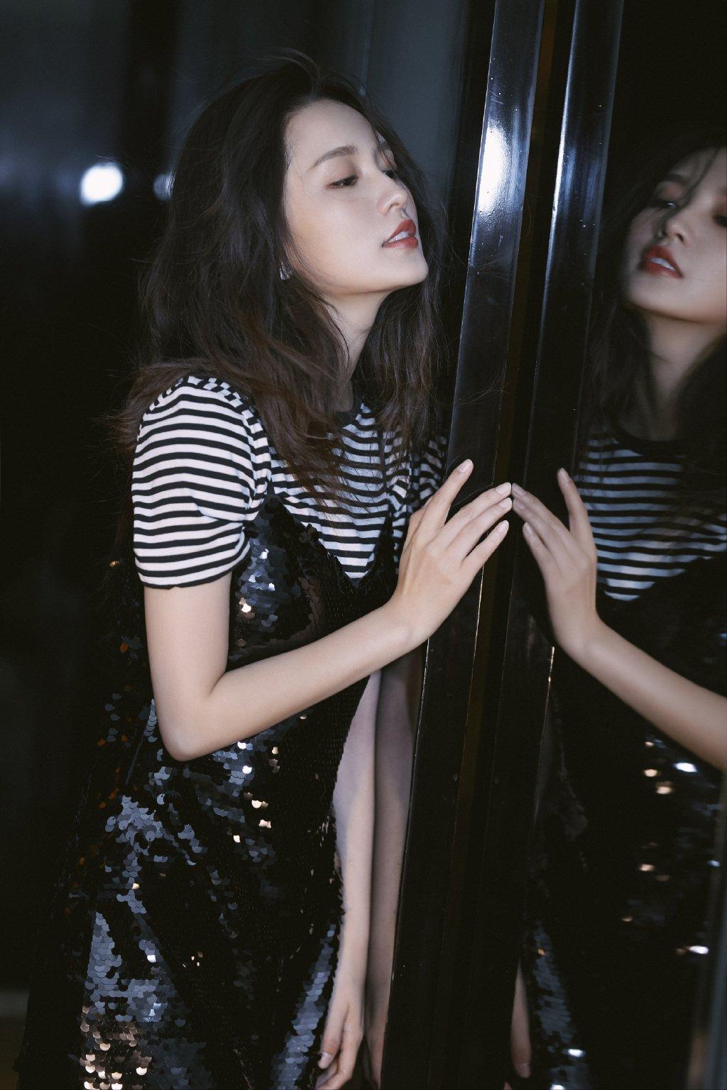李沁亮片裙酷美性感写真图片