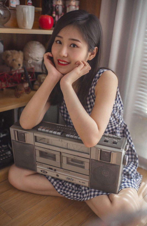 清新文艺美女格子裙性感写真图片