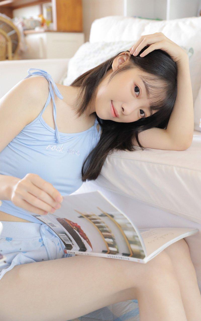 短裤吊带美女白嫩性感美女福利写真