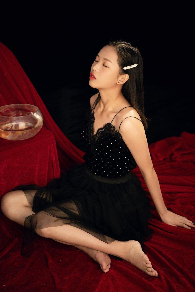 吊带黑裙美女性感诱惑写真图片