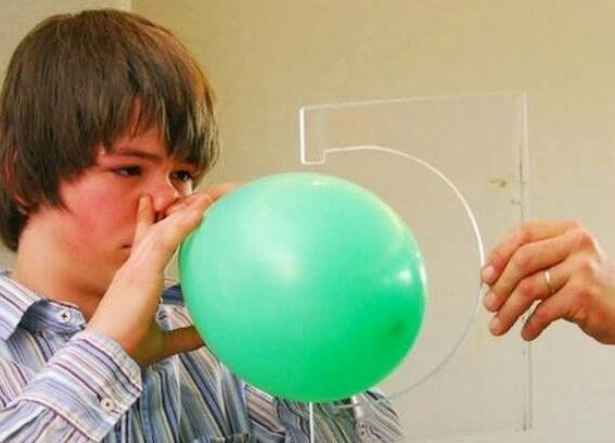 美13岁男孩用鼻子1小时吹213个气球