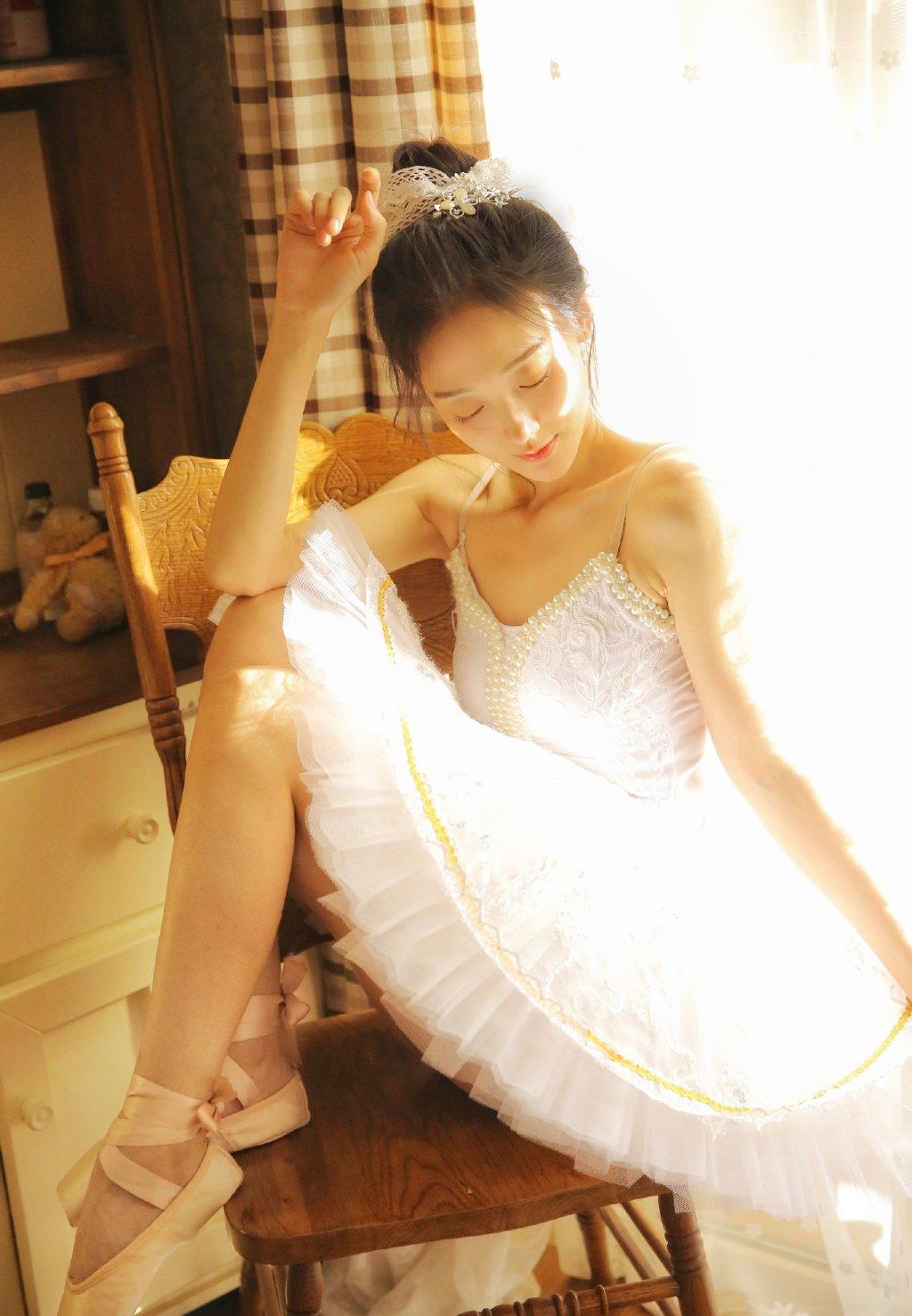 小蛮腰美女吊带长腿高挑性感写真