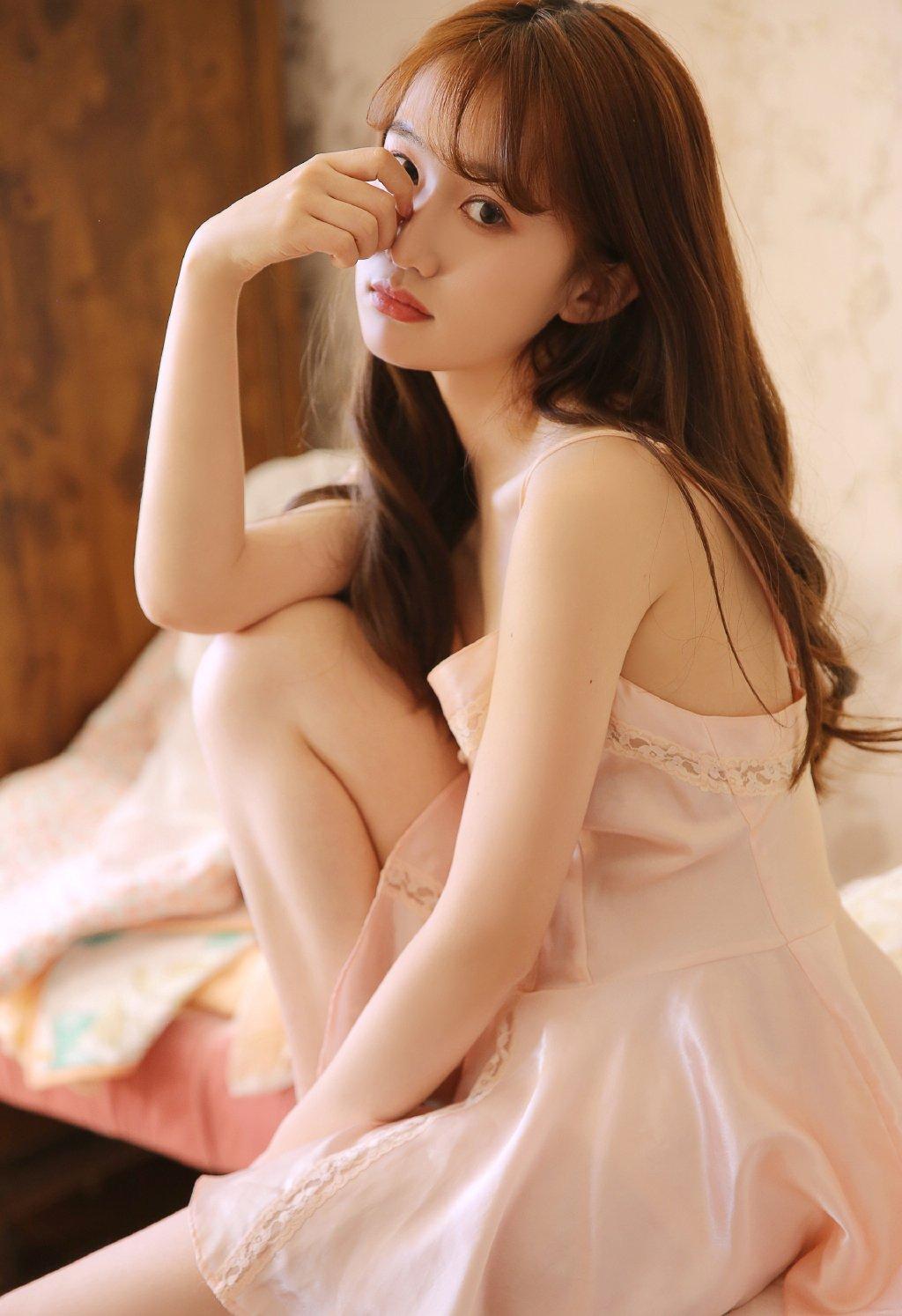 牛奶肌美女吊带长腿迷人性感图片