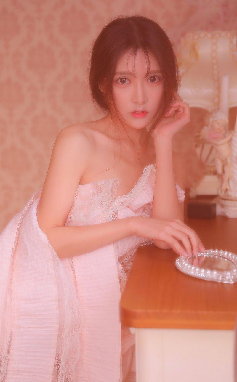 极品尤物美女性感大胆抹胸裙诱人写真
