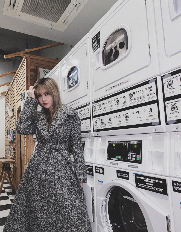 周扬青灰色大衣性感街拍图片