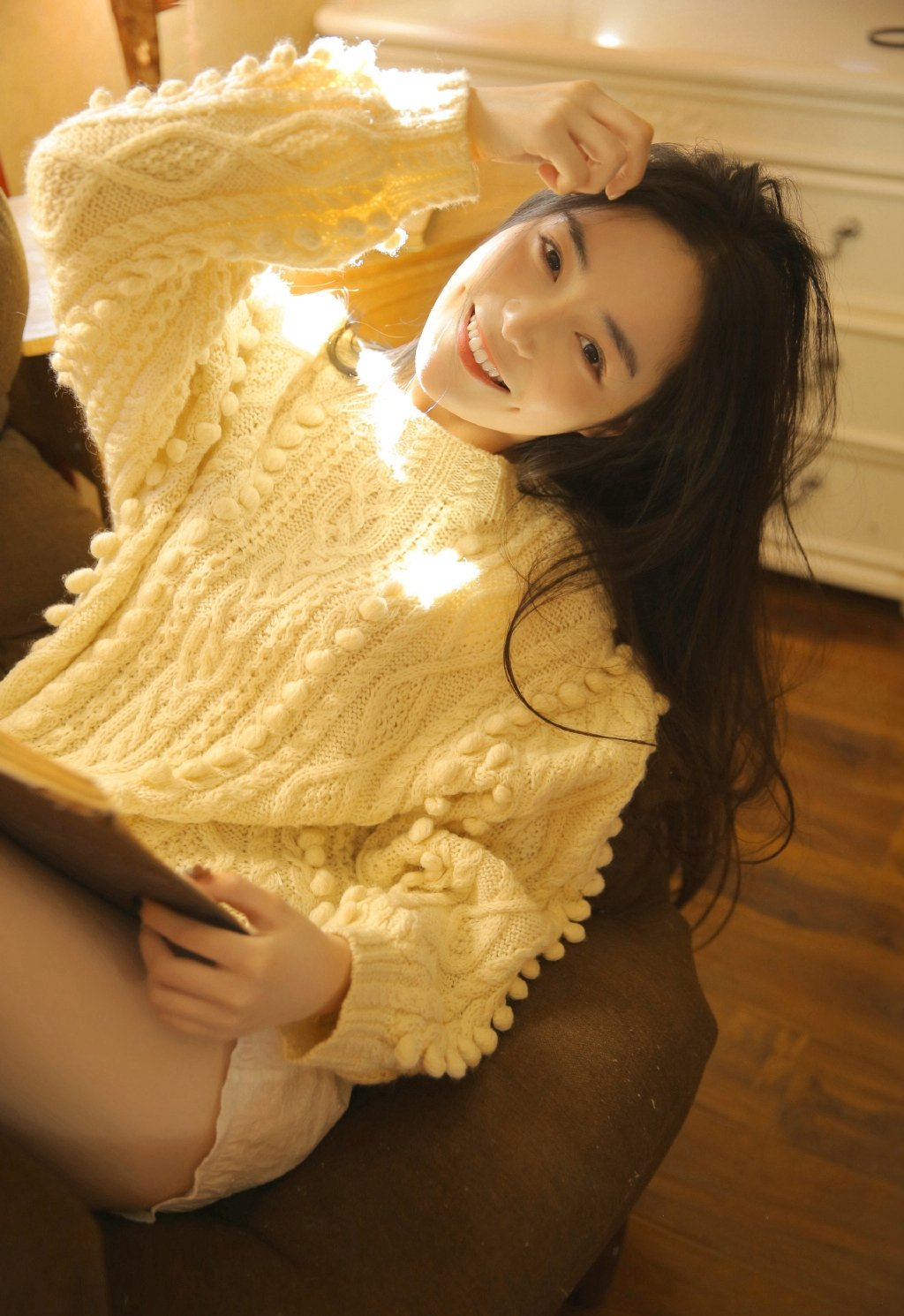 长发美女性感翘臀美腿写真图片