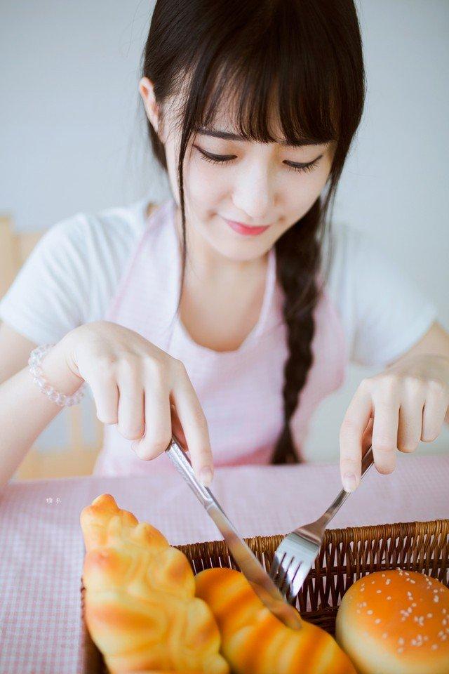 小清新美女甜甜圈早餐照片