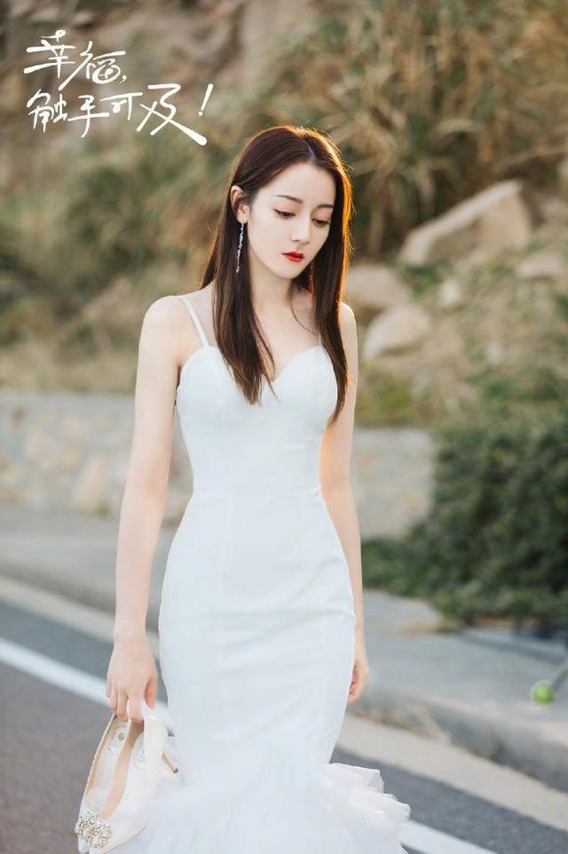 迪丽热巴婚纱造型 造型惊艳身材令人羡慕!