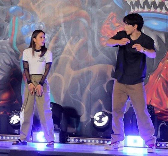 歌手李孝利:有人教我洗衣舞吗?