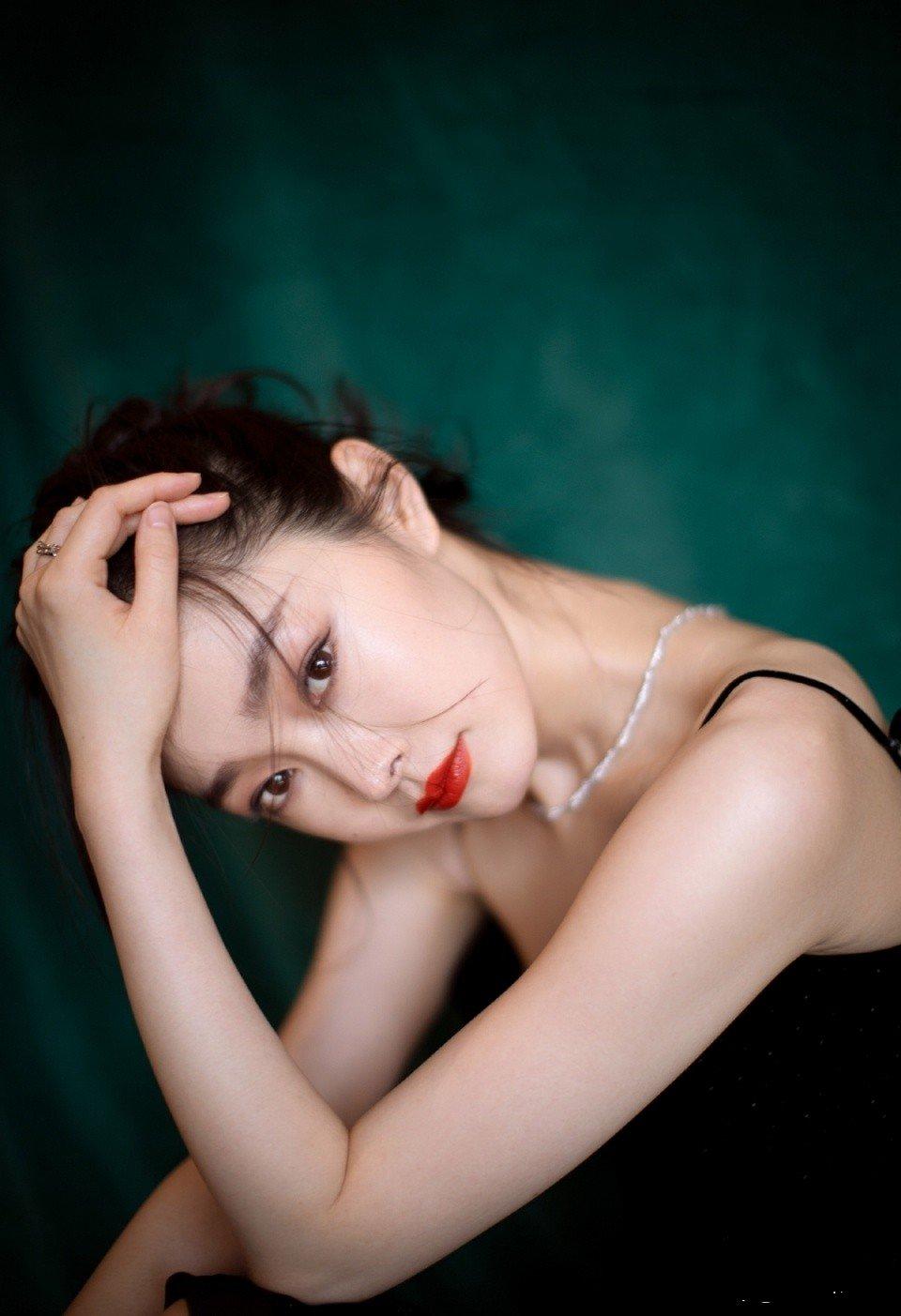 宋轶黑色长裙写真,尽显高贵气质