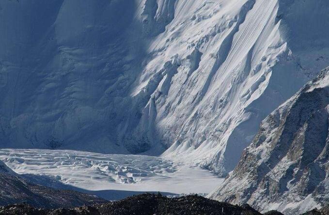 阿尔卑斯山出现粉色冰川具体原因是什么,冰川的形成以及影响是什么