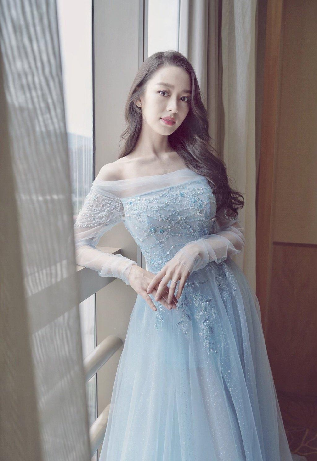 吉娜蓝色纱裙礼服性感写真图片